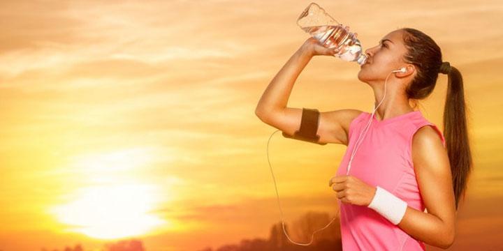 آیا نوشیدن آب در حین دویدن منجر به گرفتگی میشود؟